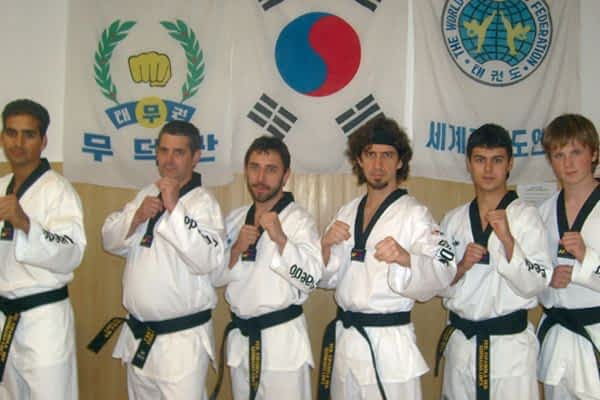 Cinturón Negro Primer Dan para seis taekwondistas  de gimnasio Lim´s Estella