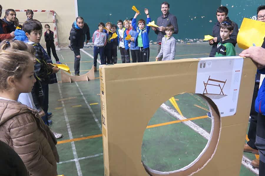 Campeonato de Aviones de Papel en el frontón Lizarra