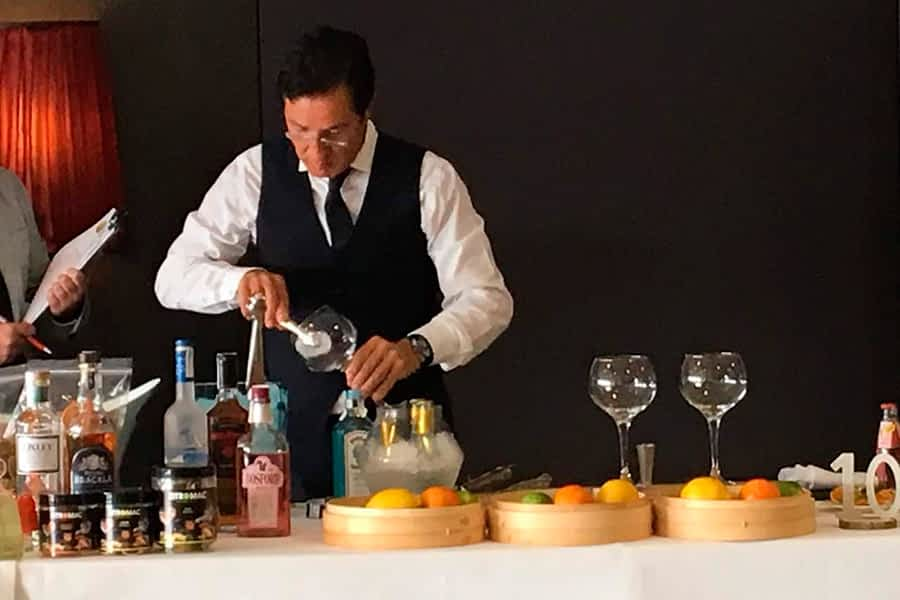 El barman estellés Javier Ciordia se alza con el tercer premio en el I Concurso Navarro de Combinados