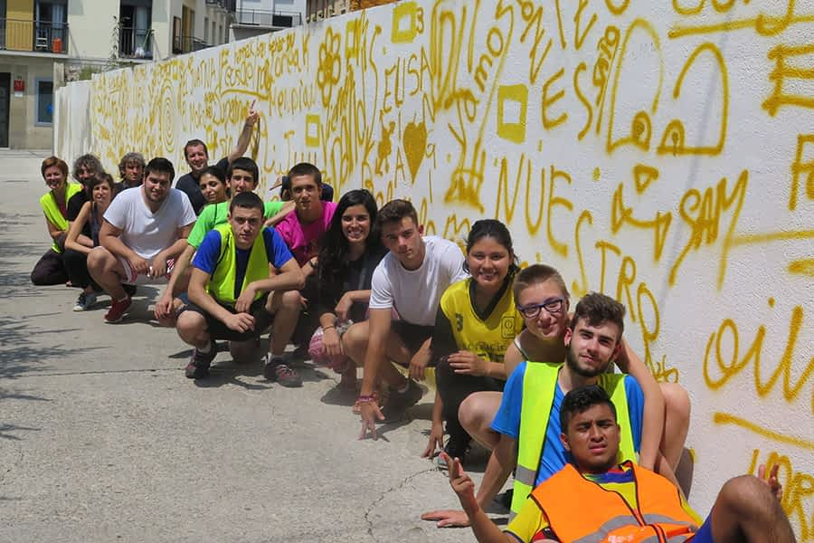 Un plan juvenil engalana el Casco Viejo con un toque festivo