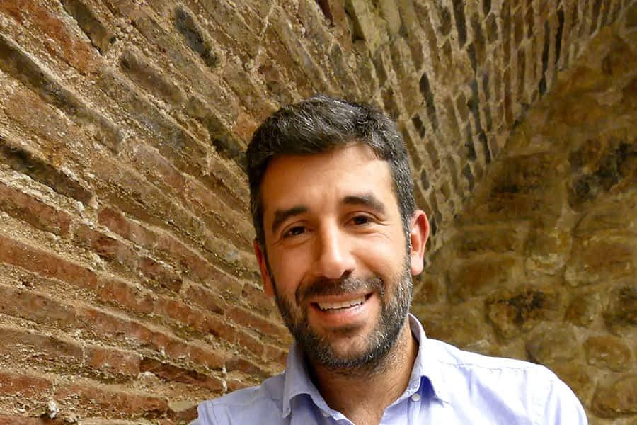 """PRIMER PLANO – Borja Monreal Gaínza – Escritor y periodista – """"La pobreza es una lucha global en la que cada uno tiene que aportar su granito de arena"""""""