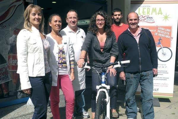 Sara Almendros Gómez, agraciada con la bicicleta de Heladería Lerma