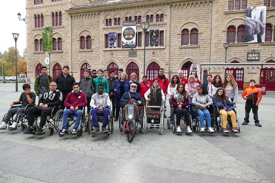 Alumnos del IES Tierra Estella recorrieron las calles en sillas de ruedas